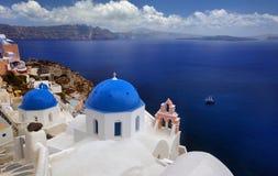 Blaue Haubenkirche von schönem Oia Stockbild