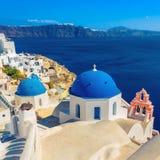 Blaue Haubenkirchen Santorini, Griechenland Lizenzfreie Stockfotografie