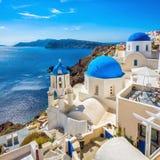 Blaue Haubenkirchen Santorini, Griechenland Stockbilder