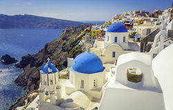 Blaue Haubenkirchen Santorini und Kamin, Griechenland Stockfotografie