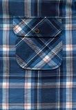 Blaue Hemdtasche und -knöpfe stockbilder