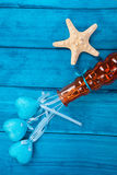 Blaue Herzen in einem Vase und in einem Starfish auf blauem hölzernem Stockbild