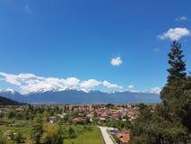 Blaue Himmel über dem Dorf stockbilder