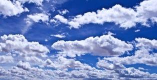 Blaue Himmel mit geschwollenen weißen Wolken stockfotos