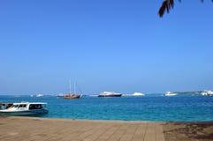 Blaue Himmel und blaues Meer Stockfotos
