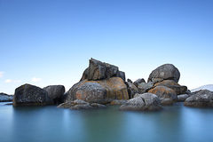 Blaue Himmel und lange Belichtungslandschaft des Wassers lizenzfreie stockfotos