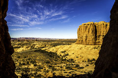Blaue Himmel und orange Felsen Lizenzfreie Stockfotografie