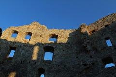 Blaue Himmel und verschiedene Fenster in den Überresten der Ostwand des frühen gotischen inneren Hofes von Schloss Topolcany, Slo stockfoto