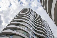 Blaue Himmel und weiße Wolken - moderne Gebäude von London; oben schauen lizenzfreie stockbilder