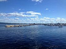 Blaue Himmel, Wolken und das Meer Stockfotografie