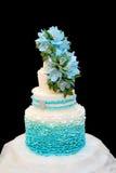 Blaue Hochzeitstorte auf einem schwarzen Hintergrund Lizenzfreie Stockfotos
