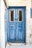 Blaue Holztür der Weinlese mit gebrochener Farbe Lizenzfreies Stockbild