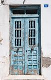 Blaue Holztür der Weinlese mit gebrochener Farbe Lizenzfreie Stockfotografie