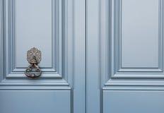 Blaue Holztür mit einem alten Klopfergriff Lizenzfreie Stockbilder
