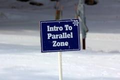 Blaue Intro, zum des Zonen-Zeichens auf den Ski-Steigungen zu entsprechen stockfotografie