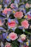 Blaue Iris und rosa Rosen in der Brautanordnung Lizenzfreies Stockfoto
