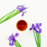 Blaue Irisblumen und Teebecher lokalisiert auf weißem Hintergrund Ausführliche vektorzeichnung Flache Lage Beschneidungspfad eing Stockfotos