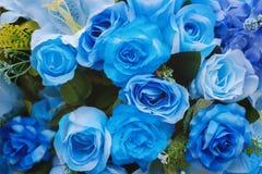Blaue künstliche rosafarbene Blumen stockbild