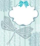 Blaue Karte mit schöner Libelle und Blumen Stockbilder