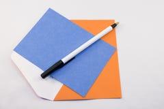 Blaue Karte, orange Umschlag Lizenzfreies Stockbild