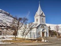 Blaue Kirche bei Seydisfjordur Ost-Island stockbilder