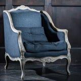 Blaue klassische Art Lehnsessel-Sofacouch im Weinleseraum stockfoto