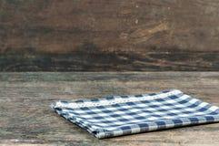 Blaue Kleidung auf hölzerner Tabelle Stockfoto