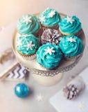 Blaue kleine Kuchen mit Schneeflocken am Weihnachten Stockbilder