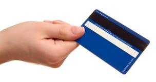 Blaue Kreditkarte in einer weiblichen Hand lizenzfreie stockbilder