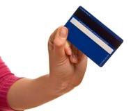 Blaue Kreditkarte in einer weiblichen Hand lizenzfreies stockbild