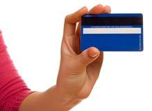 Blaue Kreditkarte in einer weiblichen Hand stockfoto