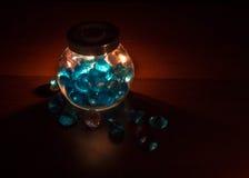 Blaue Kristalle im Glas Stockbild