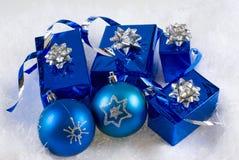 Blaue Kästen und Weihnachtsblaukugeln Lizenzfreie Stockfotos