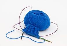 Blaue Kugel des Garns lizenzfreies stockfoto