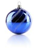Blaue Kugel des Weihnachtsfeiertags getrennt Lizenzfreie Stockfotos