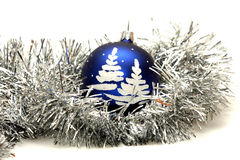 Blaue Kugel mit Weihnachtsbaum auf silbernem Filterstreifen Lizenzfreie Stockbilder
