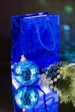Blaue Kugel und blaue Tasche Lizenzfreies Stockfoto