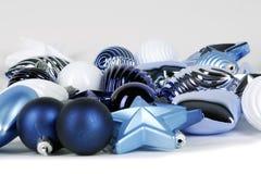Blaue Kugeldekorationen für Weihnachtsbaum stockbild