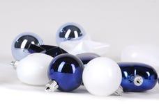Blaue Kugeldekorationen für Weihnachtsbaum lizenzfreie stockfotos