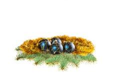 Blaue Kugeln mit gelbem Lametta auf Tannenbaum Lizenzfreies Stockfoto
