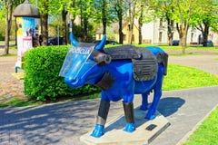 Blaue Kuh in Ventspils in Lettland Lizenzfreie Stockfotos
