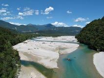 Blaue Kurven des Flusses Tagliamento Stockfotografie