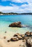Blaue Lagune mit Felsen und Sand Stockfoto