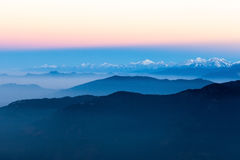 Blaue Landschaft des Gebirgsfrühen Morgens herein Stockbilder
