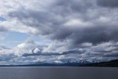 Blaue Landschaft mit Wolken Lizenzfreies Stockbild