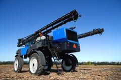 Blaue landwirtschaftliche Maschine auf dem Feld Lizenzfreies Stockbild