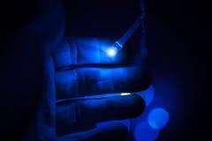 Blaue LED-Leuchten und männliche Hand Stockfoto