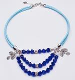 Blaue lederne Halskette mit Blattsilber und blaue Edelsteine Stockbilder