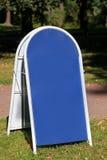 Blaue leere Metallstraßenfahne Stockfoto