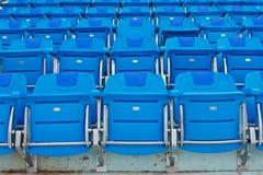 Blaue leere Plastiksitze Stockbilder